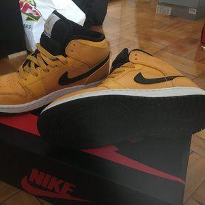 Air Jordan 1 Yellow size 5Y boys